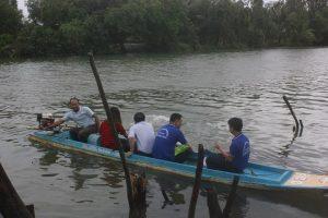 Đoàn qua sông đến thăm gia đình đồng chí Nguyễn Thành Long
