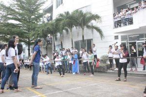 Hội thi kéo co được sinh viên cổ vũ rất nhiệt tình