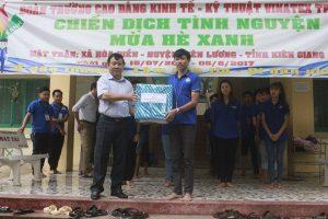 TS Hồ Ngọc Tiến trao quà cho tập thể chiến sĩ tình nguyện