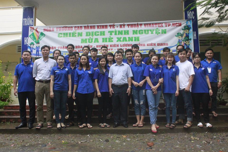 Đoàn công tác chụp hình lưu niệm với các chiến sĩ tình nguyện mùa hè xanh